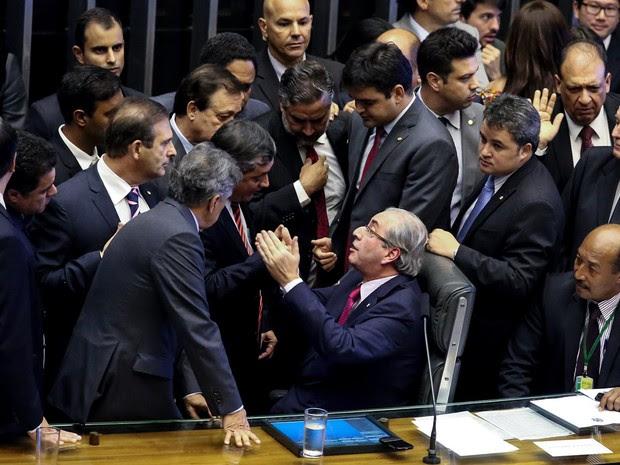 Confusão ao redor da mesa de Eduardo Cunha, presidente da Câmara dos Deputados, durante sessão para votar a comissão do impeachment de Dilma Rousseff  (Foto: Antonio Augusto/Câmara dos Deputados)