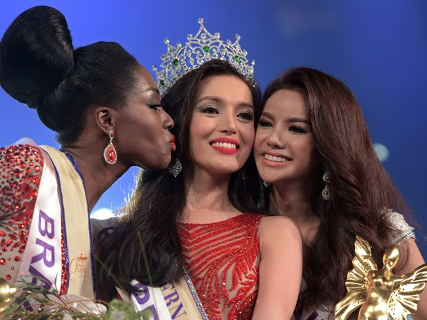 A vencedora do Miss International Queen 2015, Trixie Maristela, posa ao lado da segunda colocada, a brasileira Valesca Dominik Ferraz (esquerda) e da terceira colocada, a tailandesa Sopida Siriwattananukoon, durante a cerimônia de premiação em Pattaya, na sexta (6) (Foto: AFP Photo/Pornchai Kittiwongsakul)