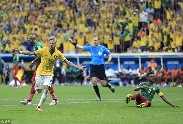 Comemora: Neymar do Brasil foge depois de marcar o segundo golo da sua equipa durante a partida da Copa do Mundo