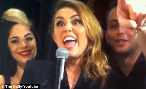 Ela está fumando algo: Miley foi capturado fumando um bong ano passado, mas negou que era maconha e alegou que ela estava fumando sálvia