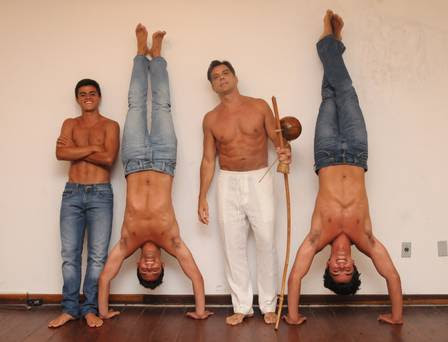 Bruno Gissoni e Rodrigo Simas jogam capoeira em família