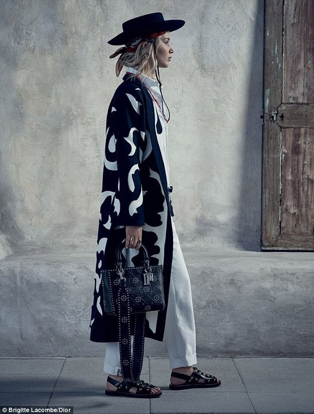 Effortleess glamour: Jennifer perfectly pulls off androgynous chic in a patterned trench and wide legged trousers