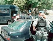 Auto della Polizia Penitenziaria a un posto di blocco