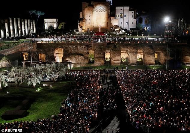 Papa Francisco conduz a procissão da Via Crucis (Caminho da Cruz) durante as celebrações da Sexta-Feira Santa no Coliseu, em Roma, Itália, em 30 de março de 2018. REUTERS / Remo Casilli