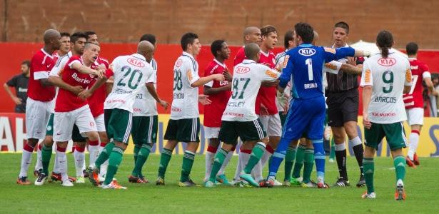Jogadores de Inter e Palmeiras se envolvem em confusão após gol de mão de Barcos