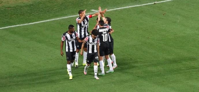 Leonardo Silva comemora o gol marcado contra o Avaí (Foto: Rafael Araújo)