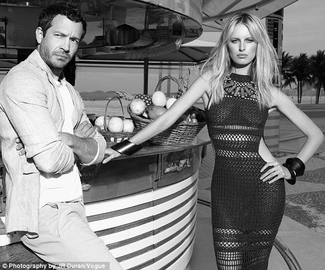 Ousada: Em um novo rebento para a edição de novembro da Vogue Brasil, Victorias Secret modelo Karolina Kurkova flaunts suas curvas em um vestido ousado crochet dom