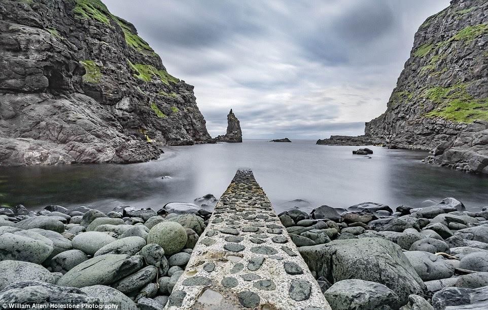 Rochas domina esta foto da Portcoon molhe oeste de Calçada dos Gigantes - uma massa de colunas de basalto na costa norte da Irlanda - estalou por William Allen