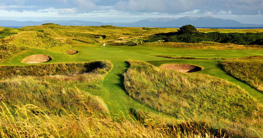 Amid Royal Troon's Twists and Turns, One Tiny Patch of Green Stands Out - The New York Times