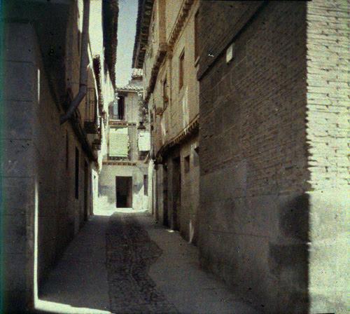 Callejón de Bodegones (Toledo). Autocromo tomado hacia 1913