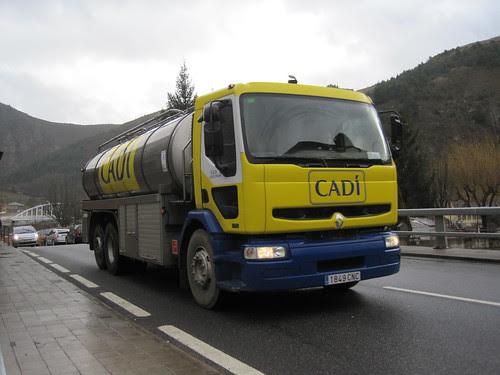Camió Renault amb cisterna a Martinet de Cerdanya