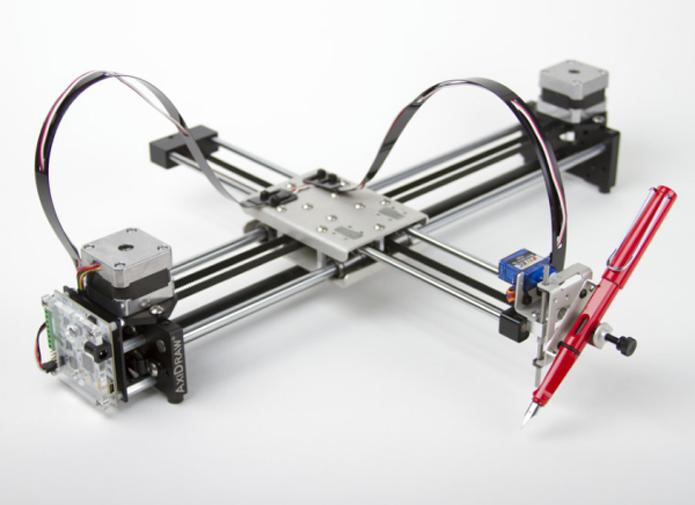 AxiDraw com um modelo de caneta acoplado no pen plotter (Foto: Divulgação/Evil Mad Scientist)