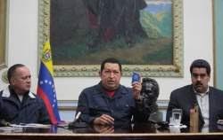 Chávez el 8 de diciembre de 2012 acompañado de Nicolás Maduro (a su derecha) y Diosdado Cabello (a su izquierda) anunciando una nueva intervención quirúrgica. Esta sería la última intervención televisiva del mandatario