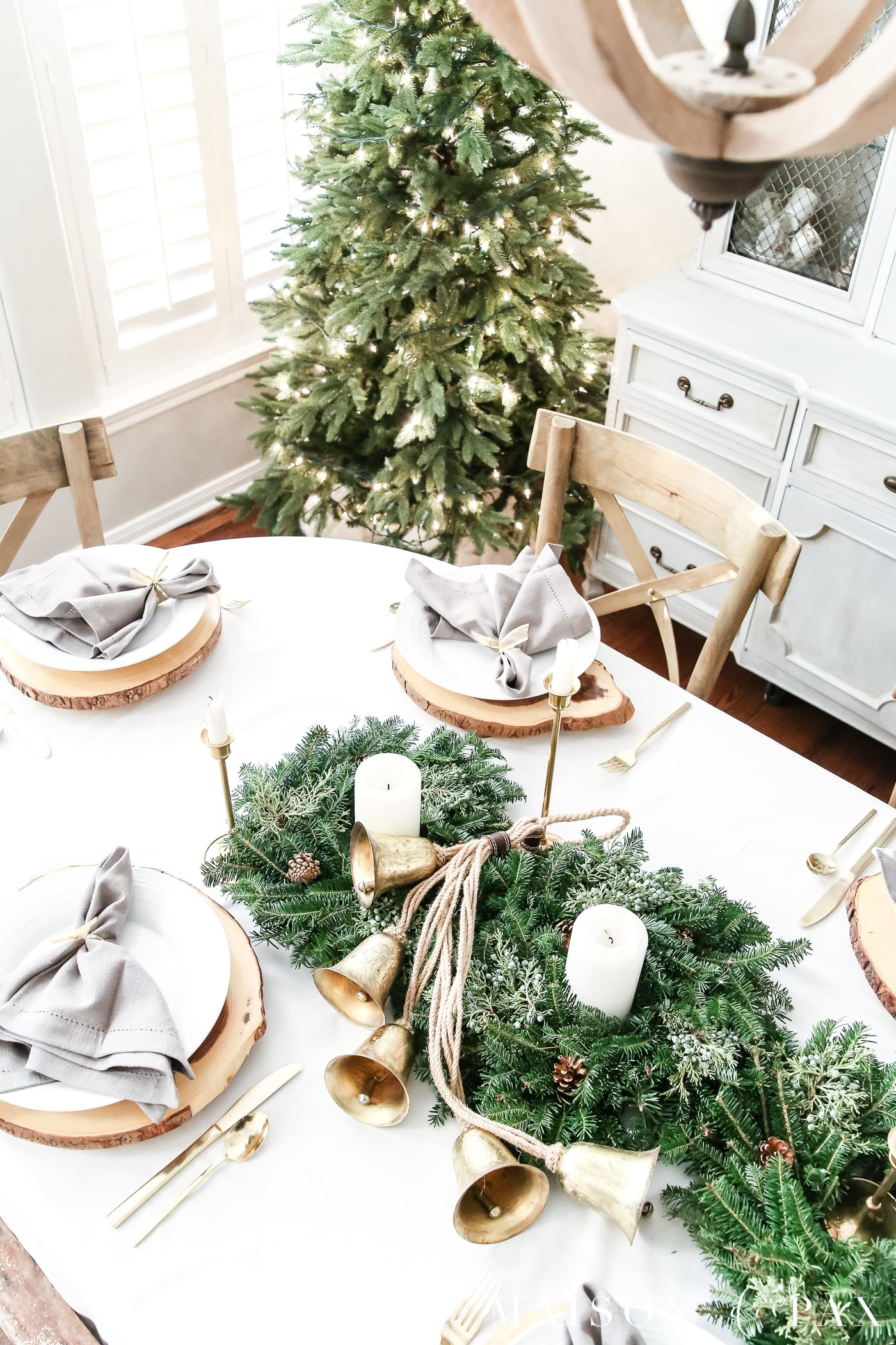 green and gold Christmas dining room decorating ideas