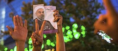 Supporter del neo presidente dell'Iran Hassan Rohani festeggiano dopo la sua elezione (Reuters/Fars News/Shiri)