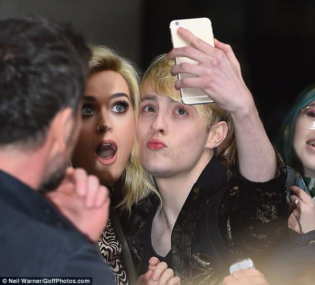 Finalmente: Uma metade da dupla irlandesa Jedward eventualmente ensacou um selfie com Katy na terça-feira