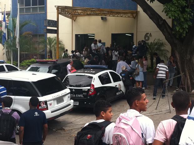 Depoimento da atriz atraiu imprensa e alunos de uma escola municipal vizinha à delegacia (Foto: Christiano Ferreira/G1)