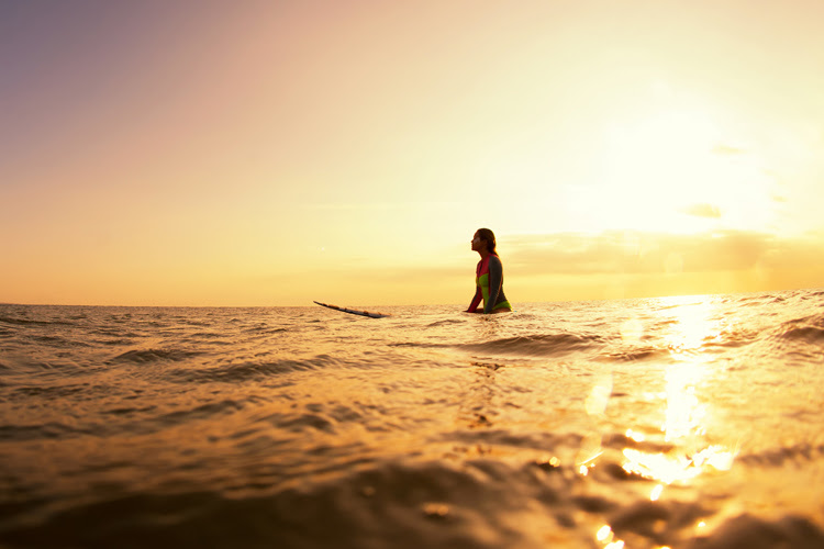 Surfing: if you spend a lot of time under the sun, you should drink a lot of water | Photo: Shutterstock