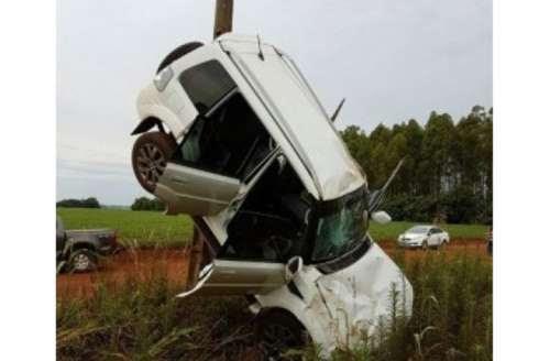 Condutor perde controle, carro capota e para escorado em poste