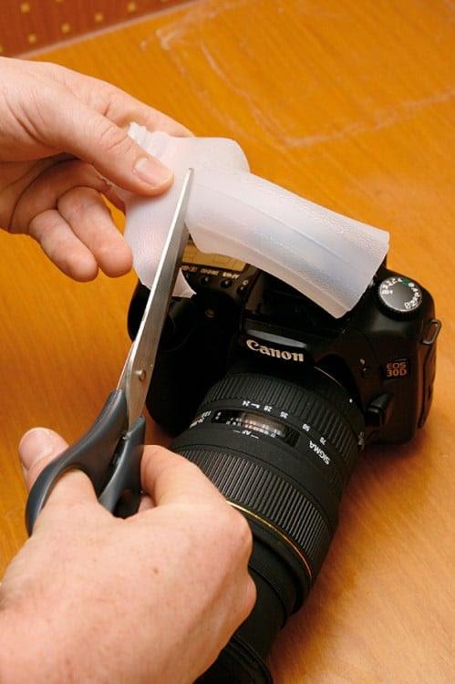 Persona creando un difusor de luz para una cámara fotográfica