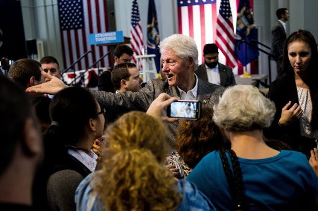 Bill Clinton profite d'un bain de foule après... (PHOTO AP)