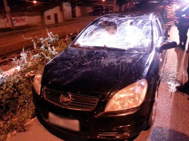 Vectra ficou parcialmente destruído ao ser depredado por assaltantes nas proximidades da ponte de Igapó, na Zona Norte de Natal (Foto: Kleber Teixeira/Inter TV Cabugi)