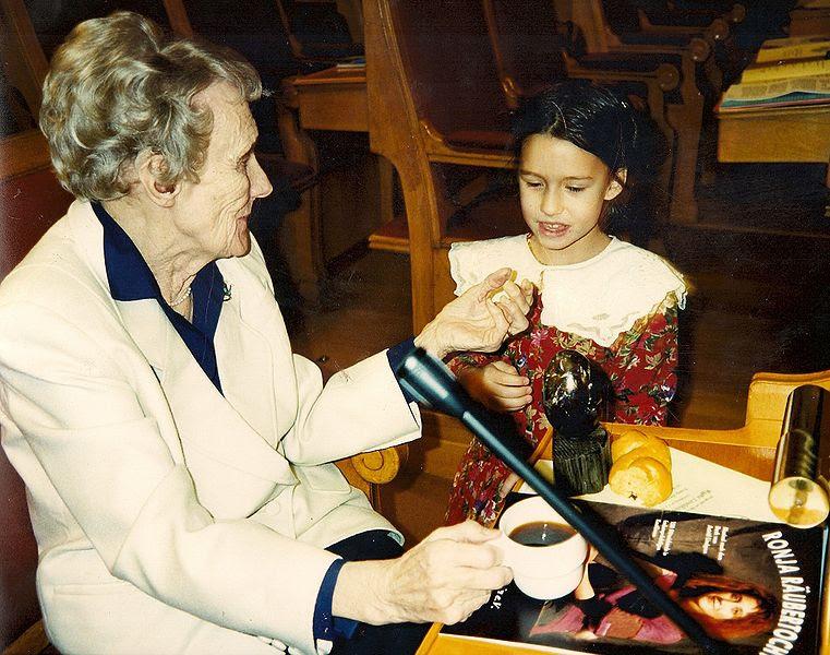 Astrid Lingren com o informativo do musical