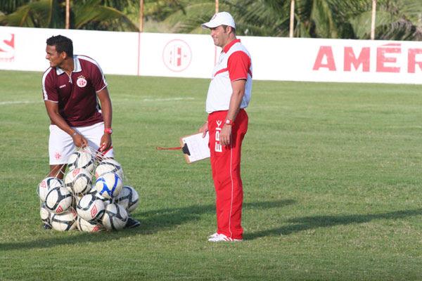 O técnico Roberto Fernandes vai continuar sem poder contar com o atacante Cléo, cirurgiado