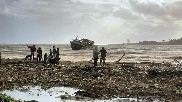 Los altos ojeales han llenado de escombros las playas de la zona.