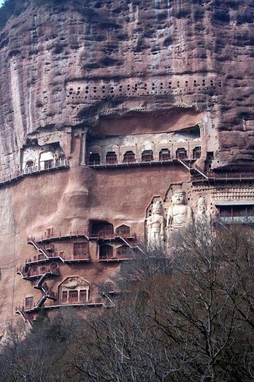 Ellos están tallados en la ladera sur de la montaña, a una altitud de 80 metros de los pies