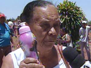 Jovina aproveitou o Dia de Finados para levar um pouco da água milagrosa (Foto: Reprodução/TV Morena)