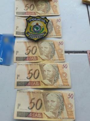 No total, com o grupo foram encontradas 12 notas de R$ 50 falsas (Foto: PRF / Divulgação)
