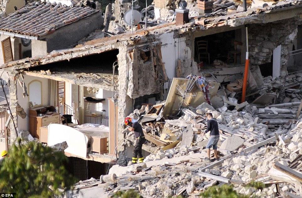 Rasgada: O interior do quarto da casa de um morador em Pescara del Tronto é sobre a única coisa que permanece intacta
