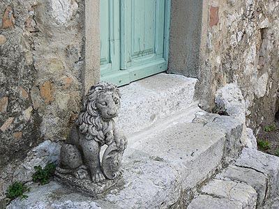 lion devant porte à Tourette.jpg