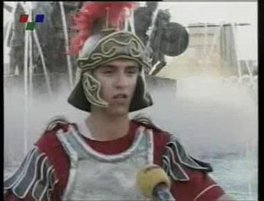 skopiani froura3 Σλάβοι ντυμένοι αρχαίοι Μακεδόνες στην κεντρική πλατεία των Σκοπίων (Δείτε Φωτογραφίες)