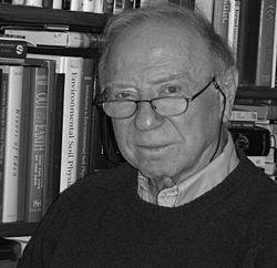 Giáo sư Daniel Hillel