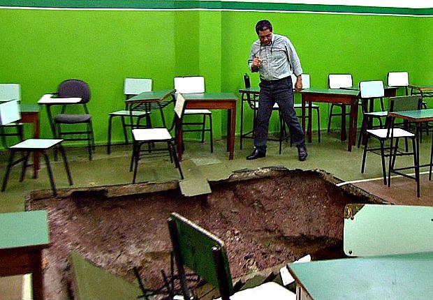 Diretor da instituição observa buraco aberto em sala de aula (Foto: Reprodução/TVAM)