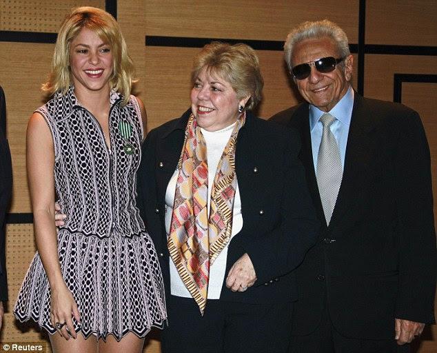 O orgulho da família: Shakira posa para uma foto com seus pais Nidia e William, após a cerimônia