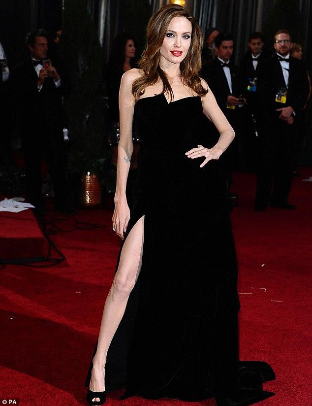 Perna Whole Lotta: Angelina Jolie pisca mais do que uma idéia do seu pino como anda o tapete vermelho na premiação da Academia de Hollywood 84th ontem à noite