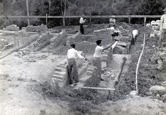 03- Os próprios fundadores do lar ajudam na contrução dentre eles Raymundo Espelho ( mais para esquerda)