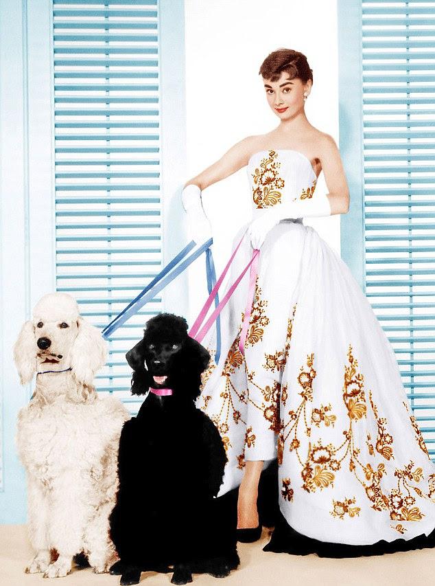 1954 filme Sabrina: Hepburn usa Givenchy pela primeira vez na tela, um ano após a reunião