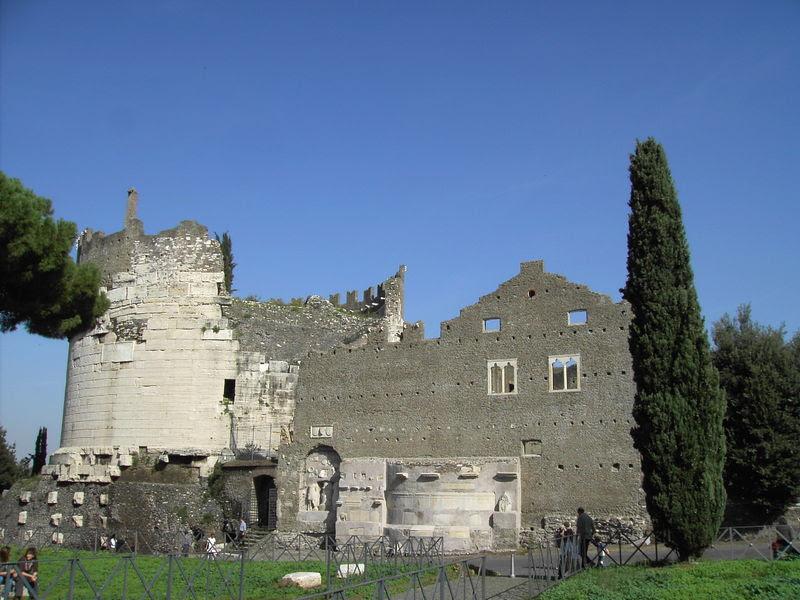 File:Roma Appia Antica - mausoleo Cecilia Metella.JPG