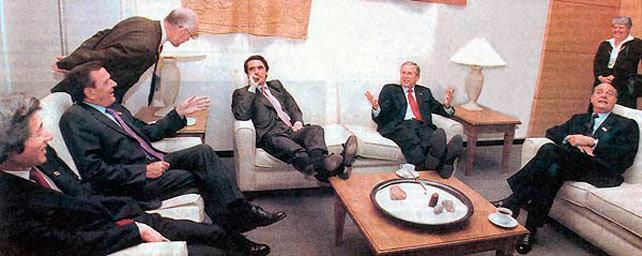 Aznar y George Bush, con los pies encima de la mesa en una reunión del G-8.