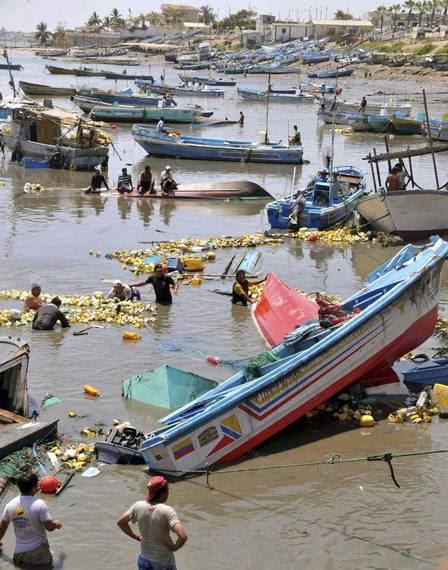 Barcos atingidos por ondas que chegaram à costa do Equador após tsunami no Japão