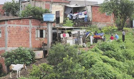 Construídos de forma desordenada, as casas e os barracos não seguem um padrão: terrenos de tamanhos diversos (Ed. Alves/Esp. CB/D.A Press)