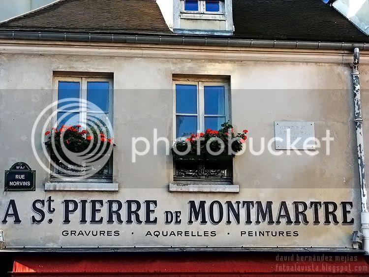 Fachada de casa con ventanas y flores en el barrio de Montmartre de París, Francia