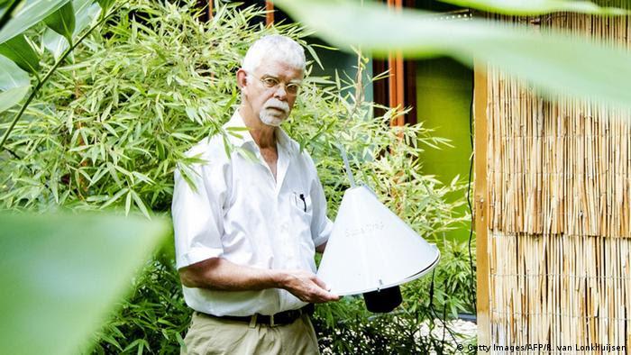 No. No es una lámpara. Lo que el científico Willem Takken tiene en sus manos es la campana de olor humano que atrae a los mosquitos transmisores de la malaria.