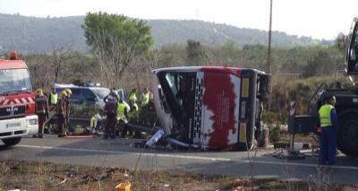 Ônibus colide com carro após tombar e deixa ao menos 14 mortos na Espanha