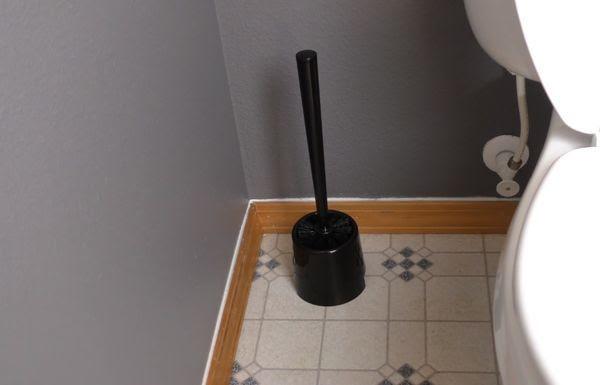 Он залил в туалетный бачок уксус. Только посмотрите, что произошло, когда он смыл!