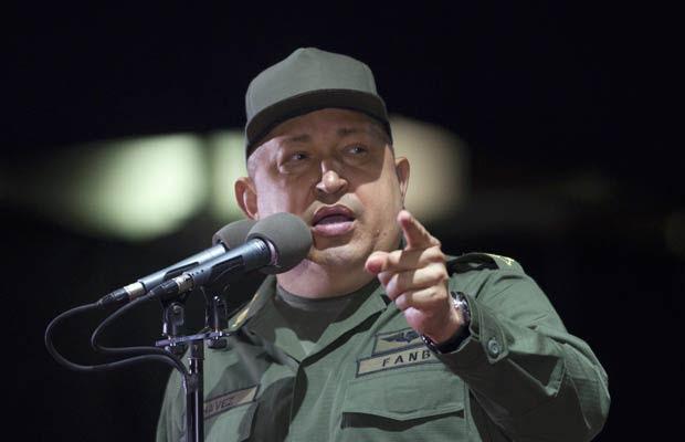 O presidente da Venezuela, Hugo Chávez, discursa nesta quinta-feira (17) durante cerimônia de formação de policiais (Foto: Reuters)